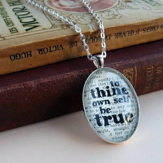 Ciondolo di argento con citazione di Shakespeare.