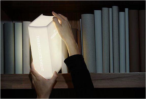 La lampada fatta a libro la trovi su LightUpYourWorld.