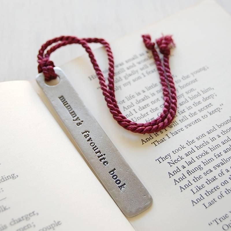 """Segnalibro personalizzabile in metallo con scritta che in Italiano legge """"Il libro preferito di Mamma"""""""