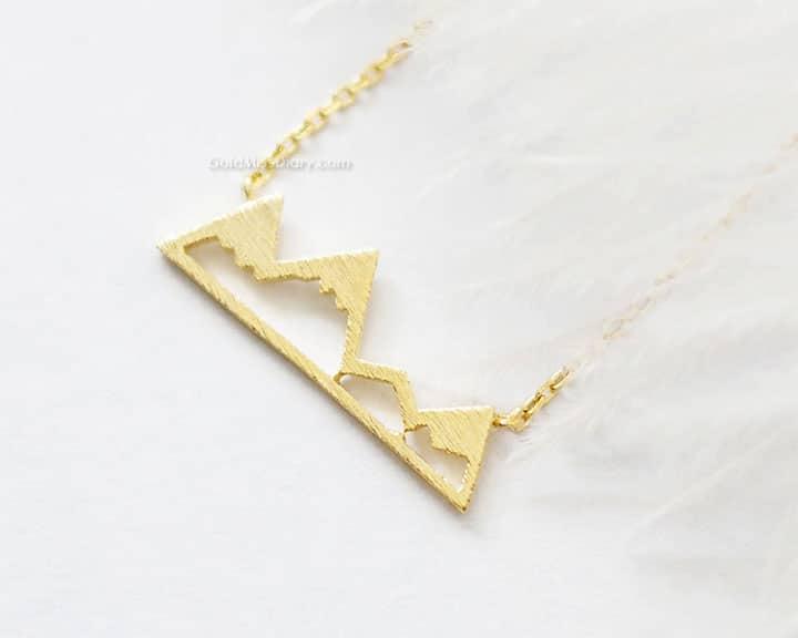 Collana in oro con profilo montagna