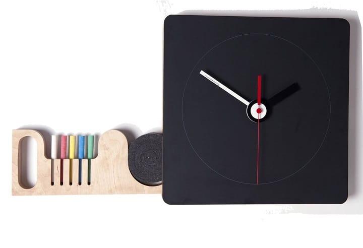 Orologio in laminato simil ardesia con gessetti colorati. Realizzato da Diamantini & Domeniconi