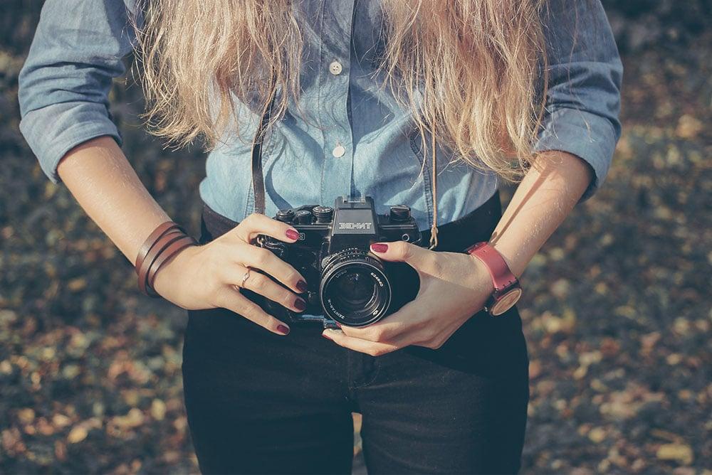 Ragazza con macchina fotografica