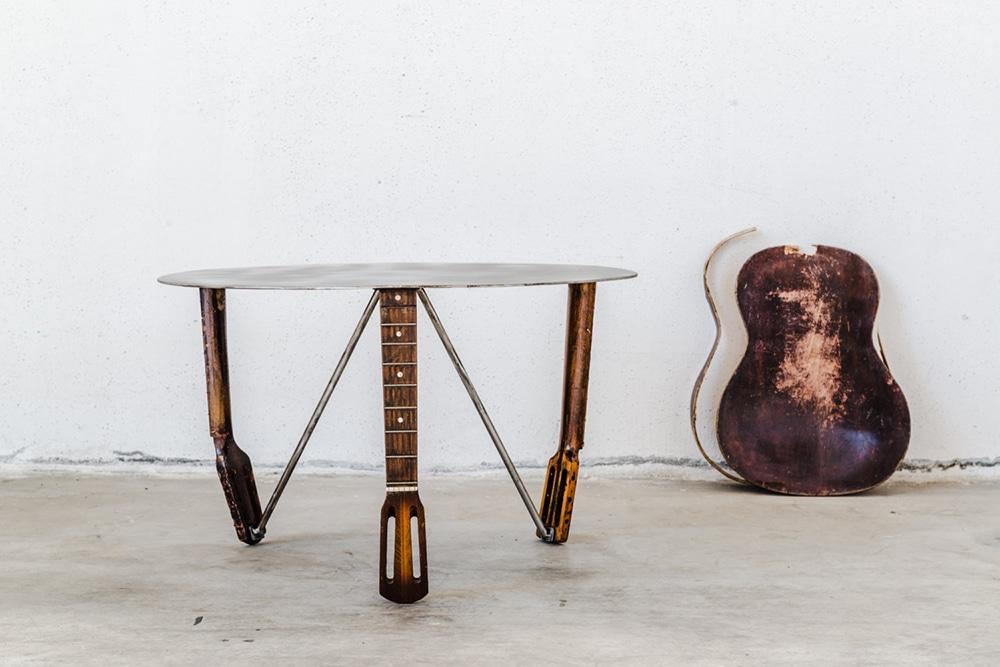 Tavolino realizzato con manici di chitarra