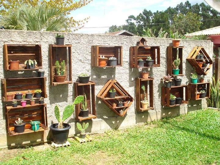 Cassette di legno riutilizzate come porta vasi