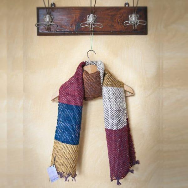 Sciarpa a strisce in lana ruvida blu, ocra, granata e bianco (33)