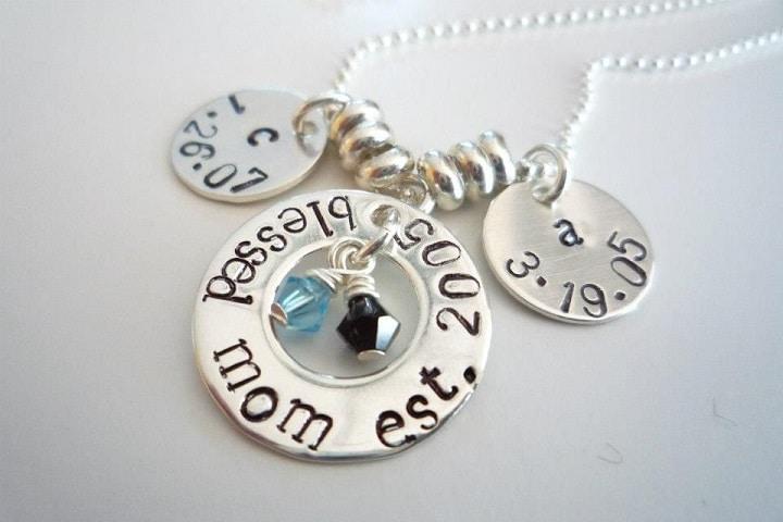 Collana in argento con l'iniziale del nome e la data di nascita dei figli