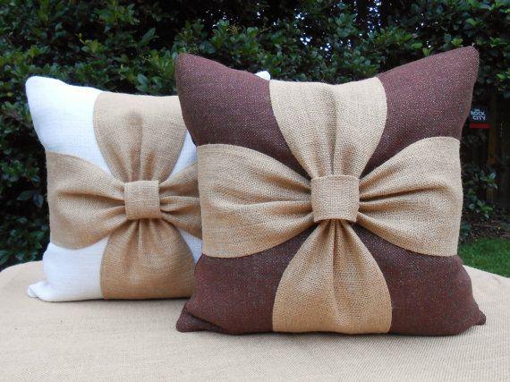 Eleganti cuscini con fiocco