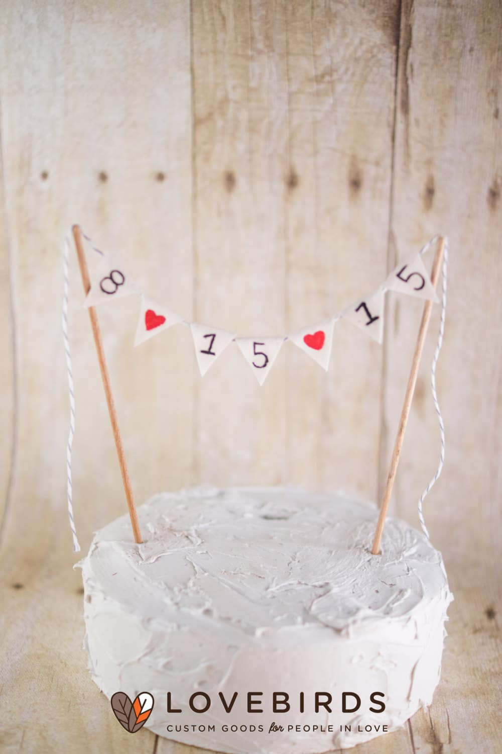Cake topper con bandierine e data del matrimonio