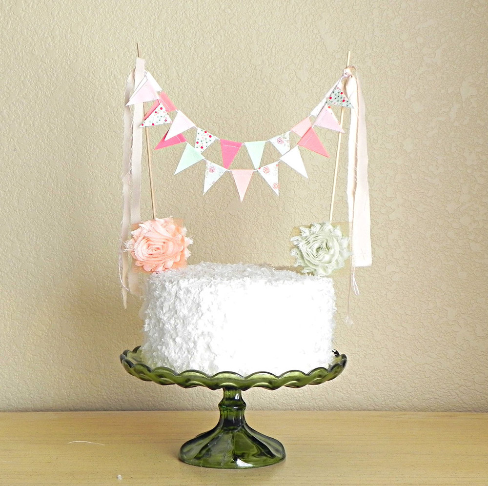Cake topper con bandierine in stile shabby