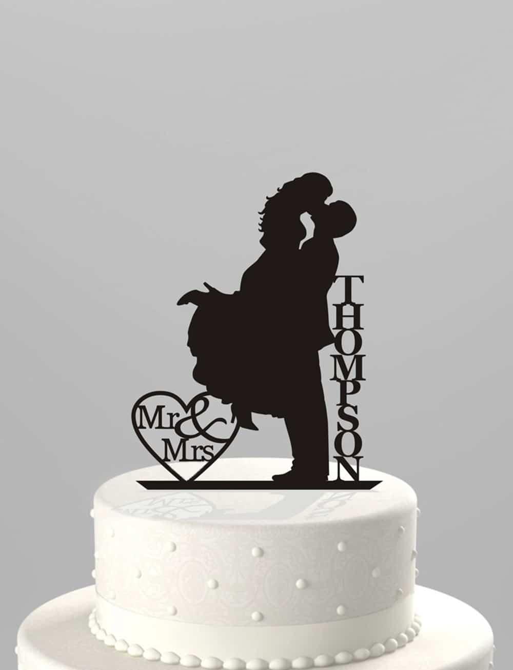 Cake topper per matrimonio con sagome degli sposi e nomi