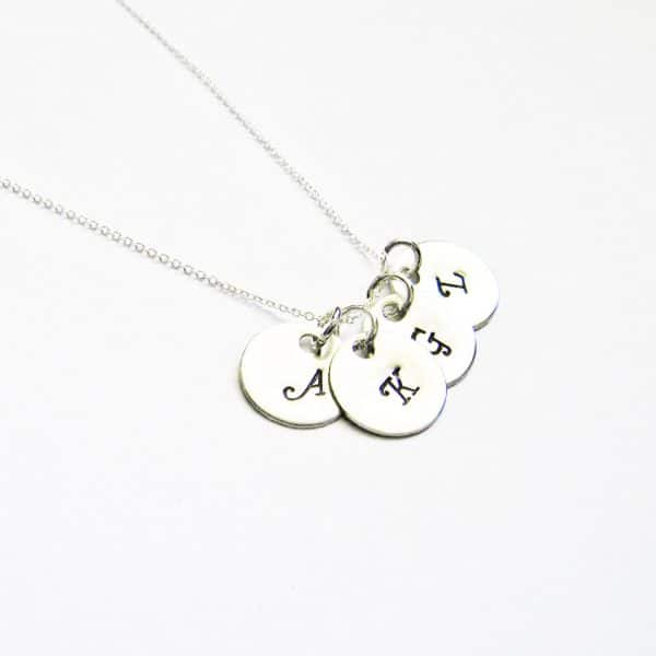 collana con quattro iniziali personalizzabile in metallo