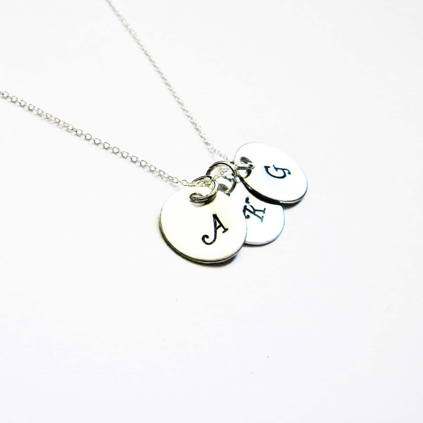 collana con tre iniziali personalizzabile in metallo