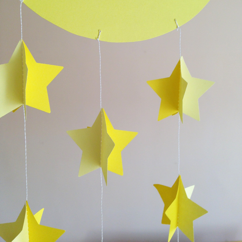 Excellent decorazione da appendere per cameretta neonato con luna e stelline di carta olalla for Decori per camerette neonati