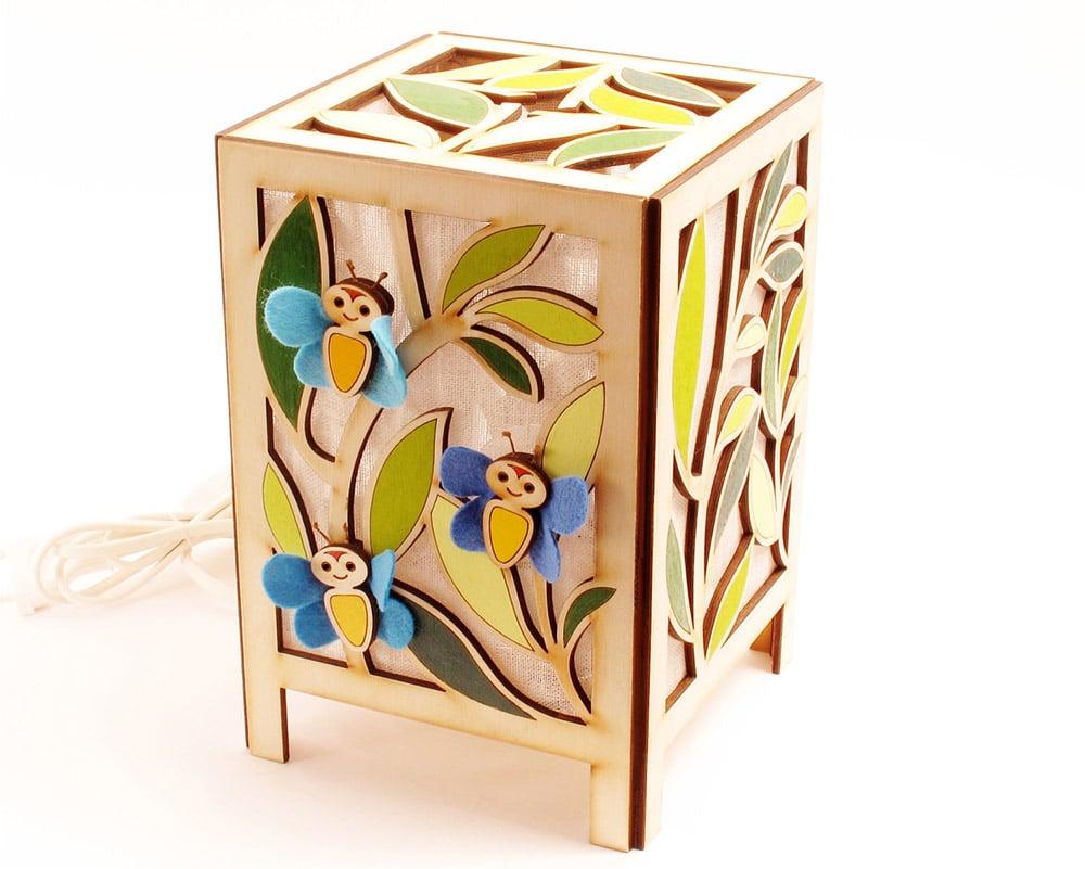 Lampada per cameretta in legno con farfalle