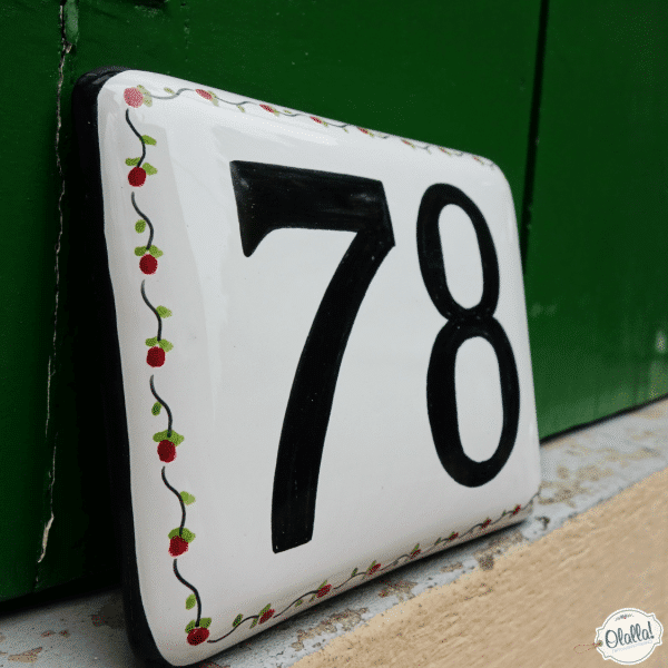 numero-civico-nero-ceramica-bordo-decorato-fiorellini