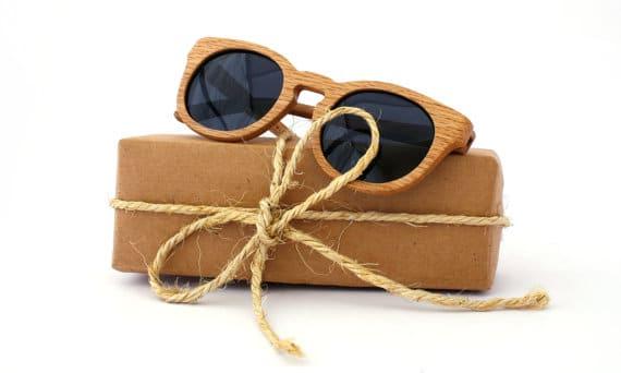 occhiali da sole con montatura in legno