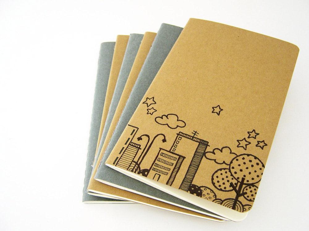 Quaderni con disegno di città fatto a mano