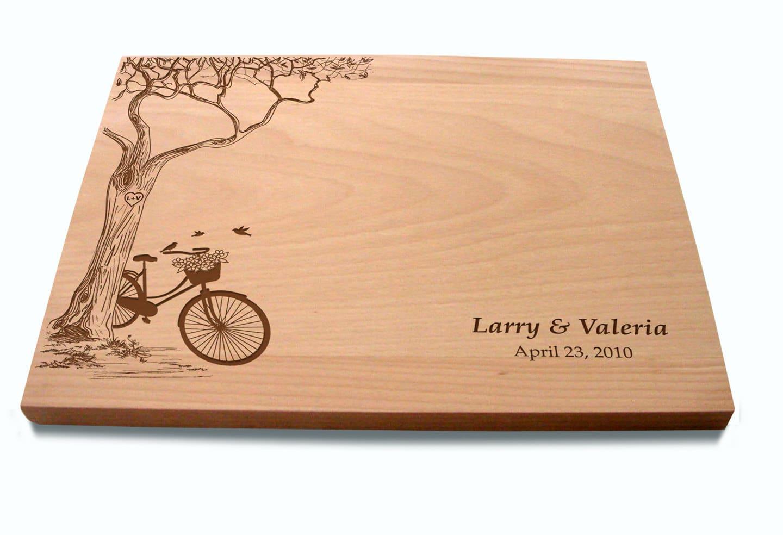 tagliere con bicicletta e albero incisi
