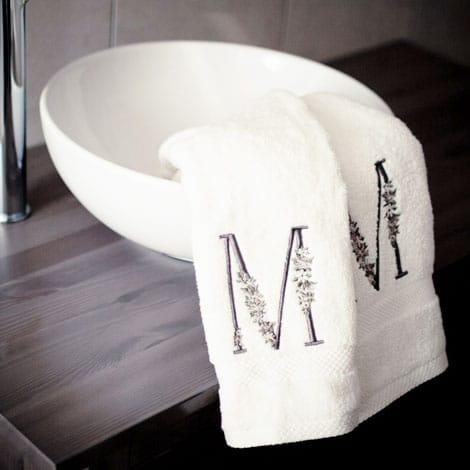 asciugamani-iniziale-decorata-ricamata