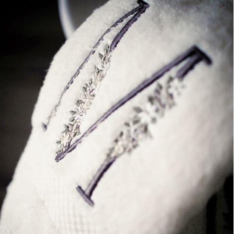 asciugamani-personalizzato-iniziale-ricamata-fiorellini2