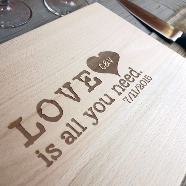 tagliere-personalizzato-love-is-all-you-need