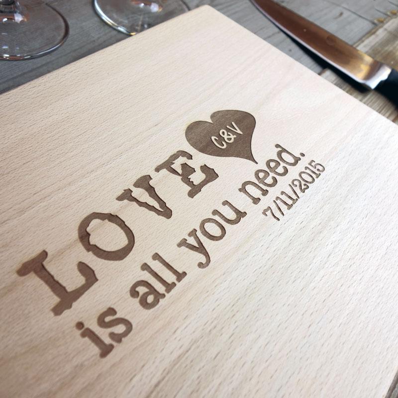 tagliere-personalizzato-love-is-all-you-need