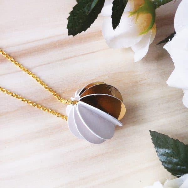 Girocollo in argento dorato con ciondolo oro e bianco1