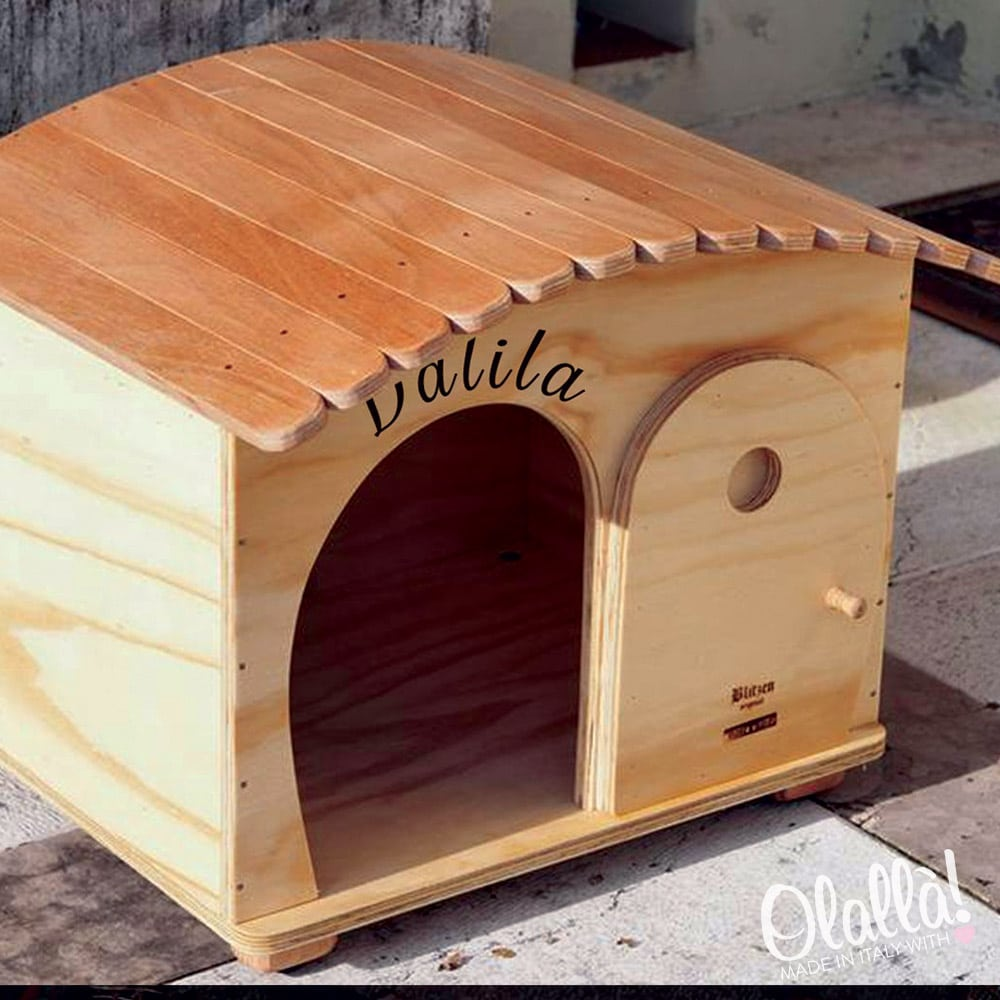 Cuccia di legno personalizzabile con il nome da esterno for Costruire cuccia per cani da esterno