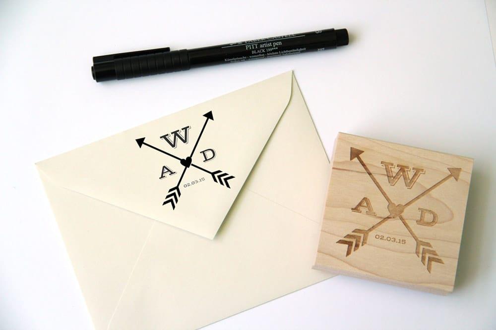 Timbro personalizzato matrimonio con monogramma moderno con frecce