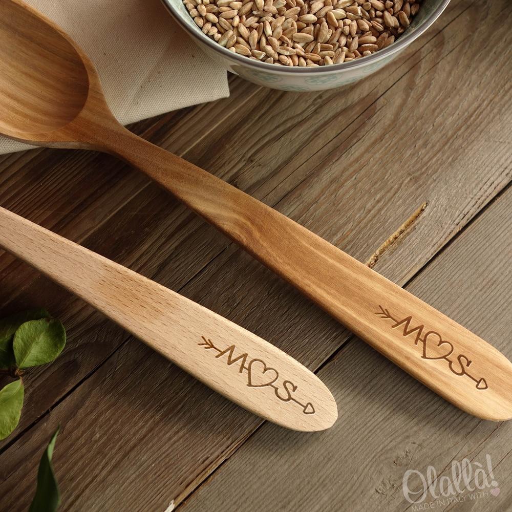 cucchiai-legno-particolare-incisione-iniziali-freccia