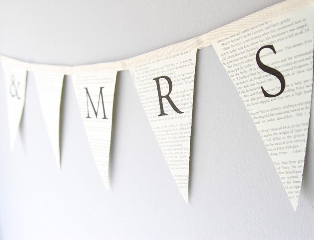 Festone matrimonio con bandierine su pagine di libro