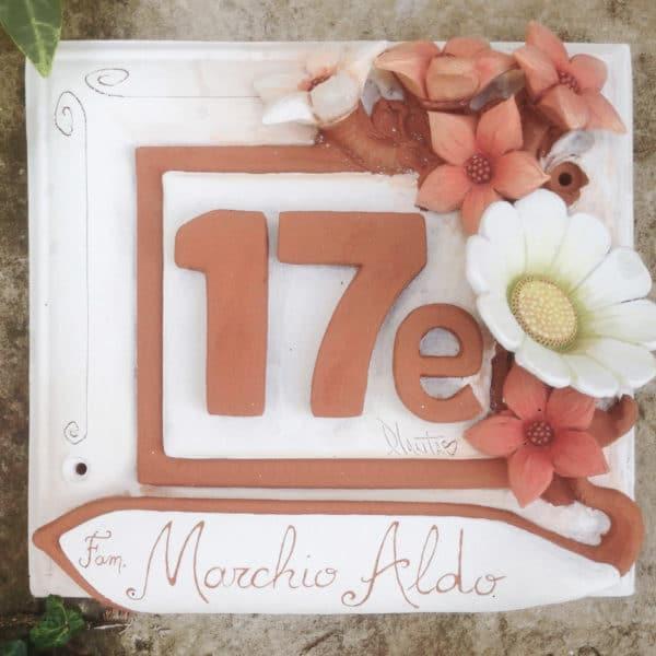 numero-civico-fiori-rossi-rilievo-ceramica-dipinta-mano