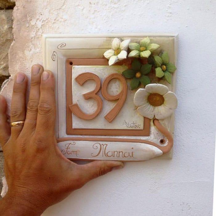 Numeri Civici In Ceramica.Numero Civico In Ceramica Con Fiori In Rilievo Modellati A Mano Bianco E Verde Olalla