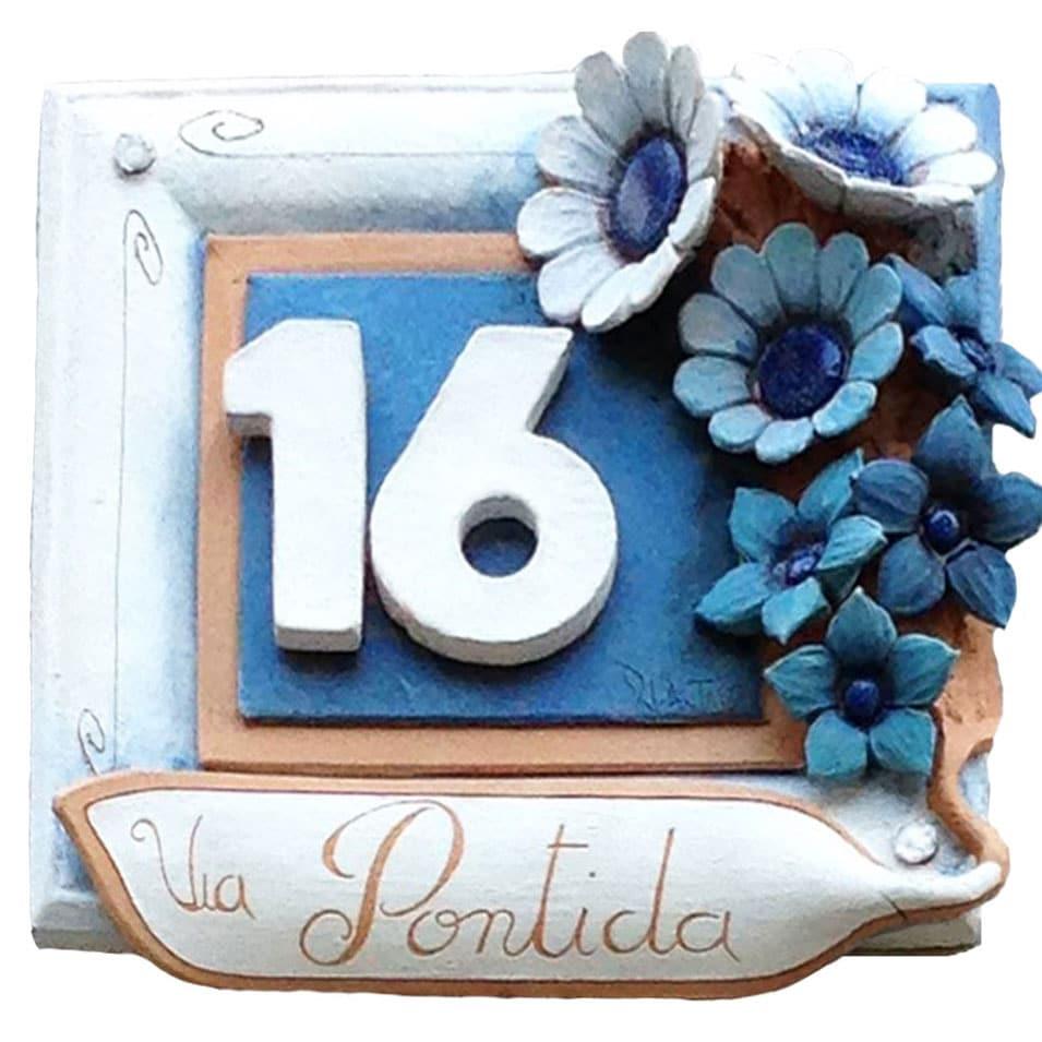 numero_civico_ceramica_personalizzato_fiori_rilievo_azzurro_bianco