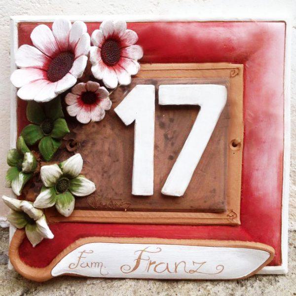 numero_civico_ceramica_personalizzato_fiori_rilievo_rosso