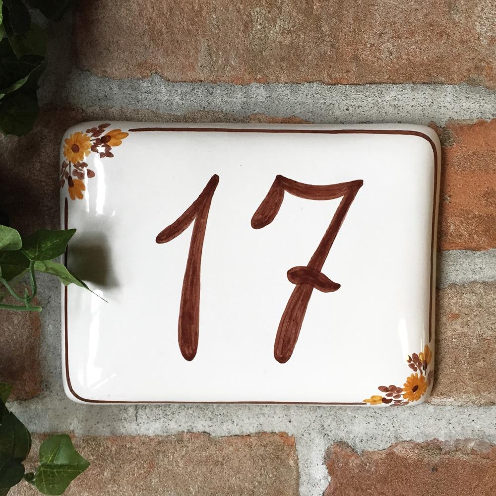 numero-civico-semplice-fiori-marroni-dipinto-mano