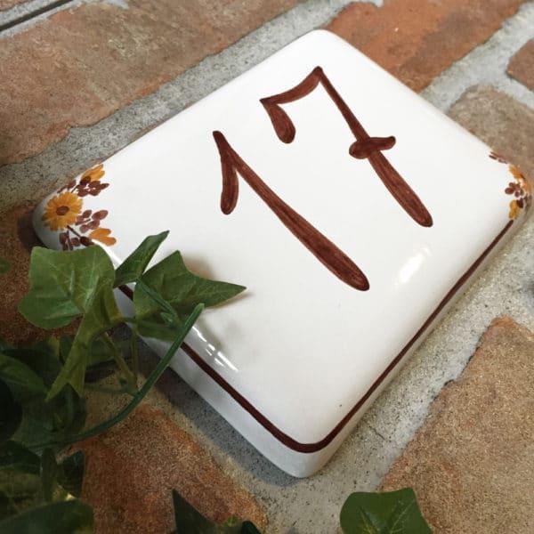 numero-civico-semplice-fiori-marroni-dipinto-mano2