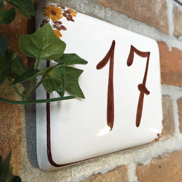 numero-civico-semplice-fiori-marroni-dipinto-mano3