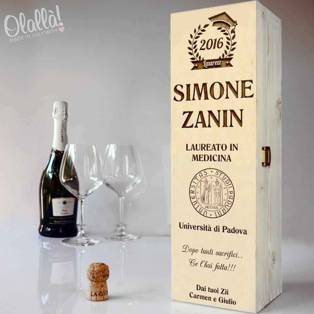 Cassettina porta vino in legno incisa idea regalo laurea - Porta vino legno ...