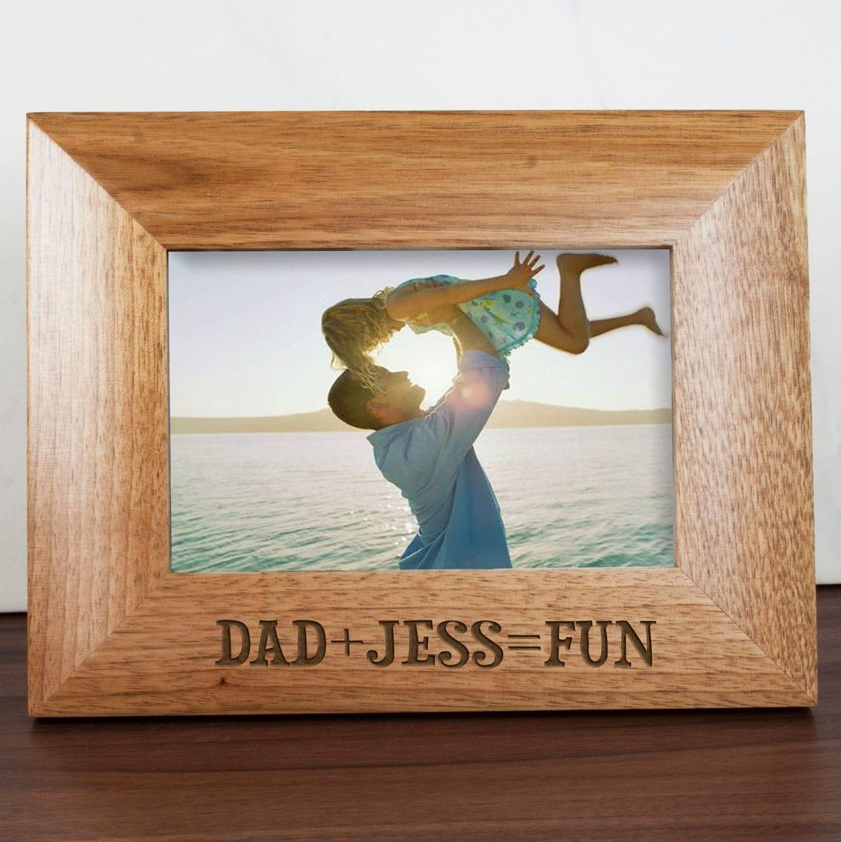 cornice-legno-incisa-papa-uguale-divertimento