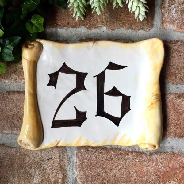 numero-civico-gotico-pergamena-cermica-dipintomano
