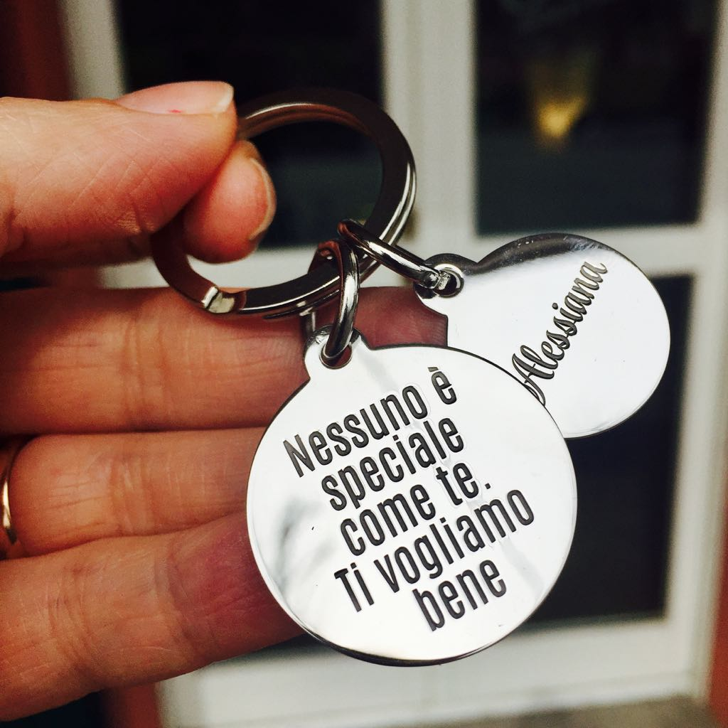 portachiavi-in-argento-personalizzato-con-due-medagliette-con-frase-e-nome