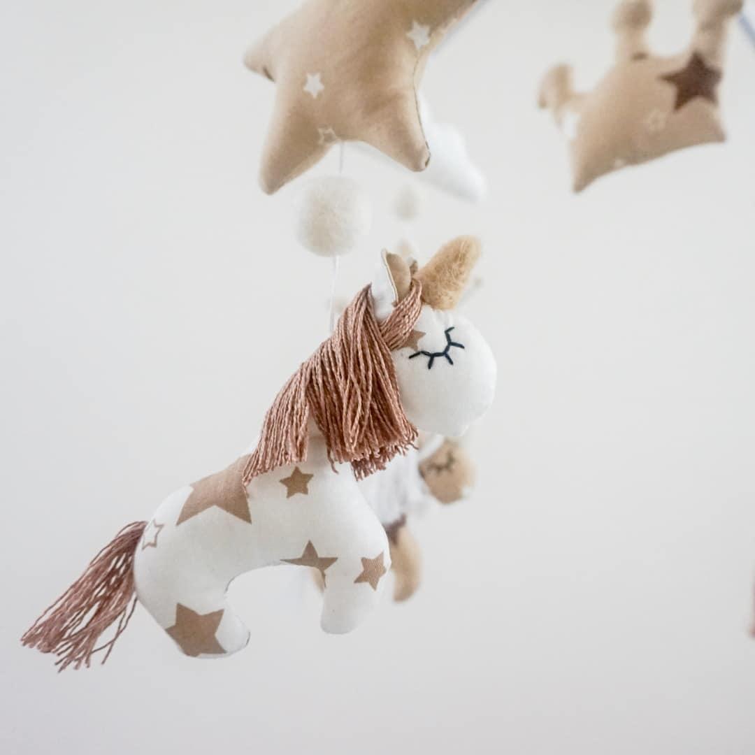 giostrina-unicorni-beige-regalo-nascita