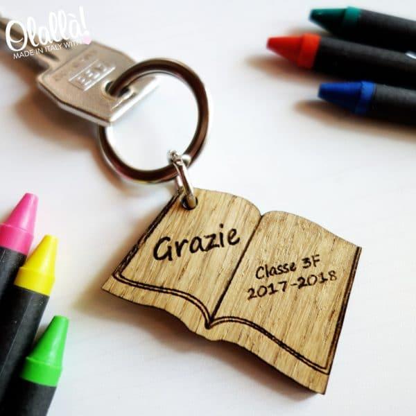 portachiavi-legno-regalo-mestre-personalizzato-libro