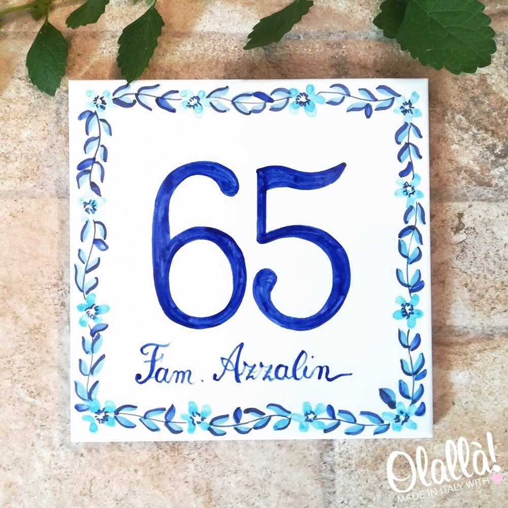 numero-civico-ceramica-personalizzato-decoro-fiori-azzurri