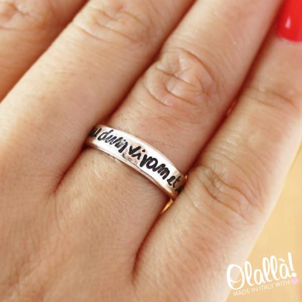 anello-personalizzato-argento-inciso-nero-corsivo