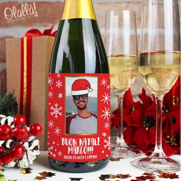 bottiglia-natale-vino-simpatica-uomo-berretto-natalizio